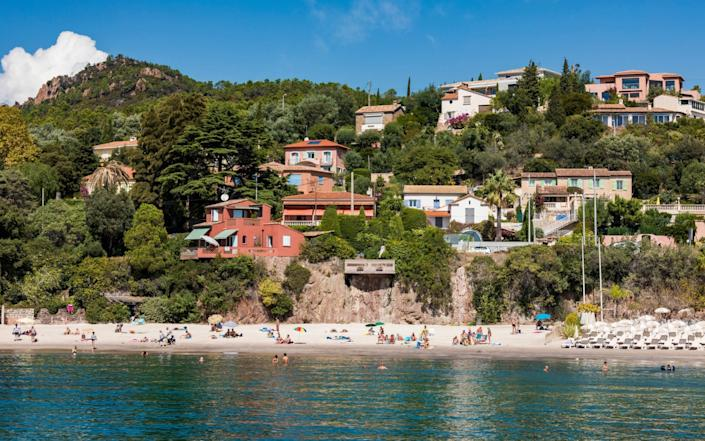 Theoule-sur-Mer, beach and holiday homesin Provence-Alpes-Cote d'Azur, France - https://www.alamy.com/Westend61 GmbH / Alamy Stock Photo