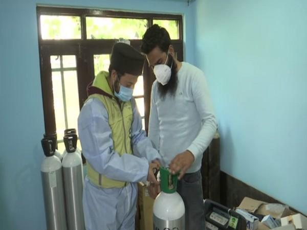 NGO in charge giving a demo of an operating oxygen cylinder to a patient's attendant (Photo/ANI)