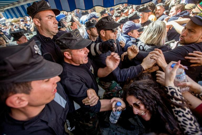 Cypriot protesters clash with police in the UN buffer dividing the capital Nicosia (AFP Photo/Birol BEBEK)