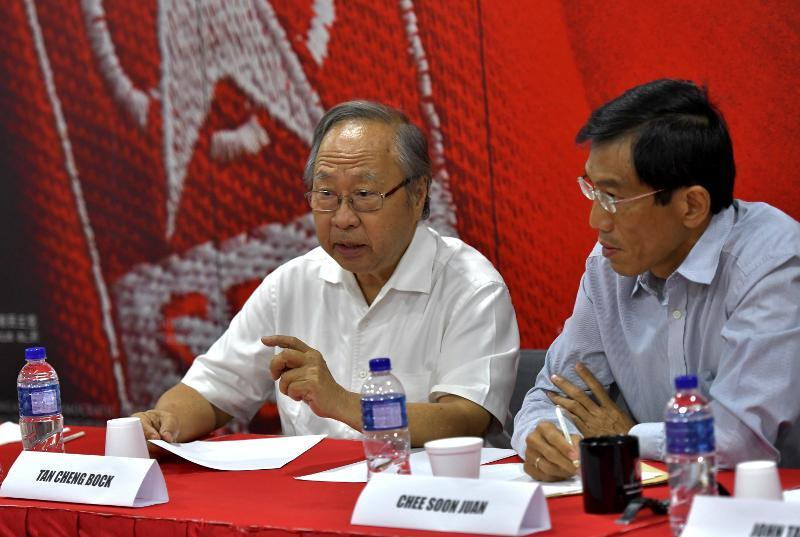 Tan Cheng Bock (left) and Chee Soon Juan at a working lunch for opposition parties organised by the Singapore Democratic Party to discuss forming a political coalition during the next general election. (PHOTO: SDP)