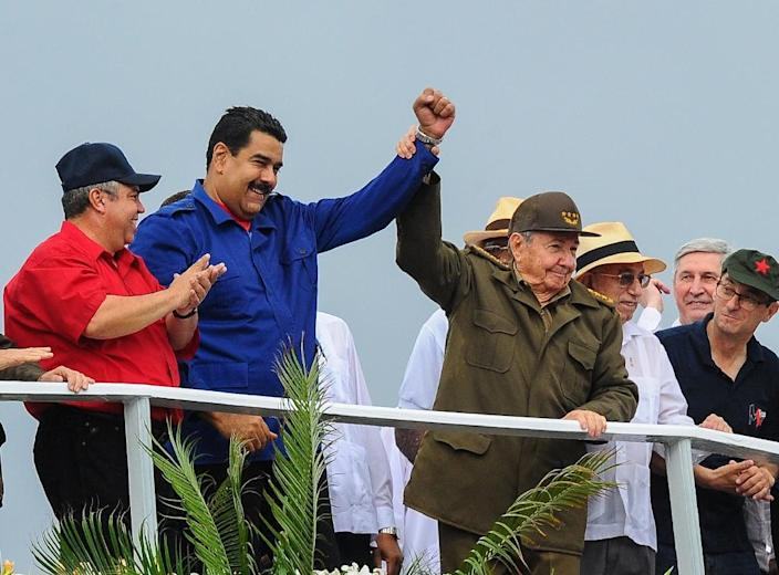 Cuban President Raul Castro (R) and his Venezuelan counterpart Nicolas Maduro (C) participate in the May Day celebrations, on May 1, 2015 in Havana (AFP Photo/Yamil Lage)