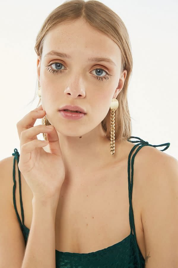 """<p>These <a href=""""https://www.popsugar.com/buy/Beau-Chunky-Chain-Drop-Earrings-524398?p_name=Beau%20Chunky%20Chain%20Drop%20Earrings&retailer=urbanoutfitters.com&pid=524398&price=20&evar1=savvy%3Aus&evar9=46695667&evar98=https%3A%2F%2Fwww.popsugar.com%2Fsmart-living%2Fphoto-gallery%2F46695667%2Fimage%2F46954517%2FBeau-Chunky-Chain-Drop-Earring&list1=shopping%2Cgifts%2Curban%20outfitters%2Cgift%20guide&prop13=mobile&pdata=1"""" rel=""""nofollow"""" data-shoppable-link=""""1"""" target=""""_blank"""" class=""""ga-track"""" data-ga-category=""""Related"""" data-ga-label=""""https://www.urbanoutfitters.com/shop/beau-chunky-chain-drop-earring?category=womens-new-arrivals&amp;color=070&amp;type=REGULAR"""" data-ga-action=""""In-Line Links"""">Beau Chunky Chain Drop Earrings</a> ($20) are the perfect mix of retro and modern.</p>"""