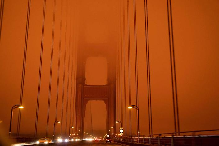 "Cars cross the Golden Gate Bridge under an eerie midday sky in San Francisco. <span class=""copyright"">(Harold Postic / AFP/Getty Images)</span>"