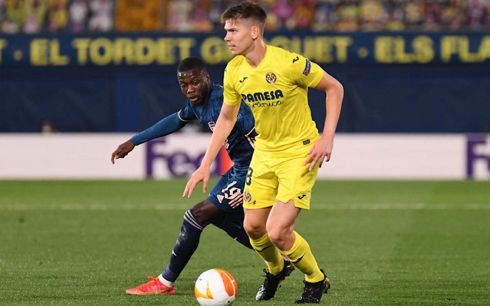 Juan Foyth looks to pick a pass under pressure - AFP