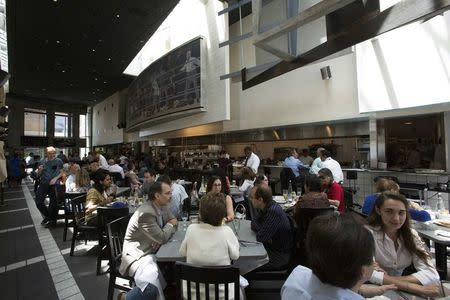 Patrons have lunch at Kate Mantilini restaurant in Beverly Hills, California June 4, 2014.REUTERS/Mario Anzuoni