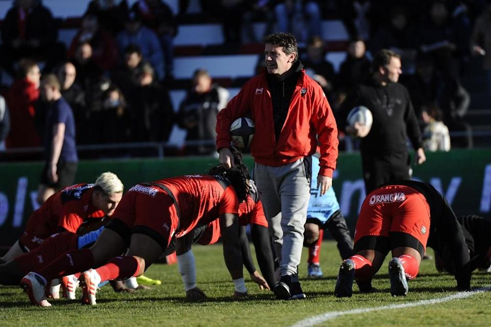 RC Toulon's head coach Mike Ford oversees a warm-up session prior to their European Rugby Champions Cup match against Sale Sharks, at the Mayol Stadium in Toulon, on January 15, 2017 (AFP Photo/Franck Pennant)