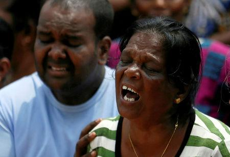 Family members of victims react during a rescue mission after a garbage dump collapsed and buried dozens of houses in Colombo, Sri Lanka April 16, 2017. REUTERS/Dinuka Liyanawatte
