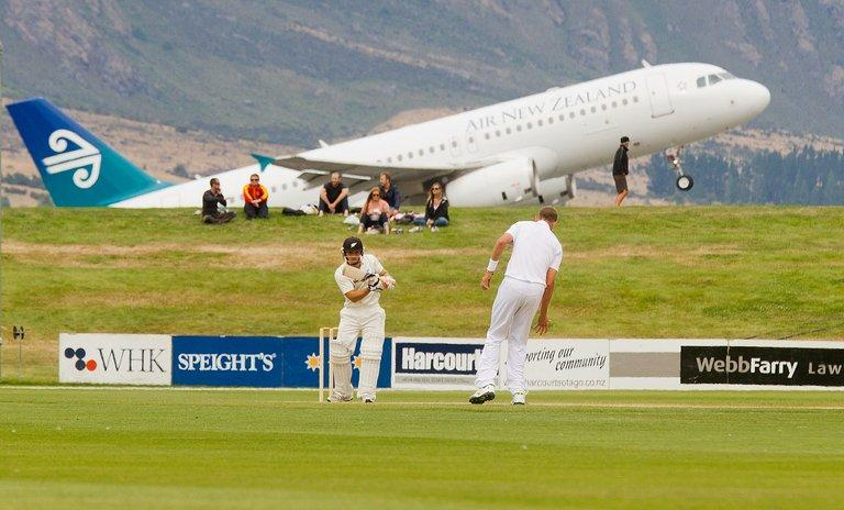 N.Zealand's BJ Watling (front L) bats during warm-up match against England, in Queenstown, on March 2, 2013
