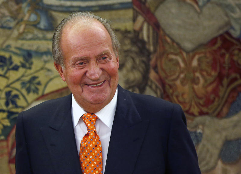 Spain's King Juan Carlos smiles in one of his latest audiences at the Zarzuela Palace outside Madrid, May 27, 2014. Spain's Prime Minister Mariano Rajoy said on June 2, 2014 that King Juan Carlos will abdicate and Prince Felipe will take over the throne. Photo taken May 27, 2014. REUTERS/Susana Vera (SPAIN - Tags: ROYALS)