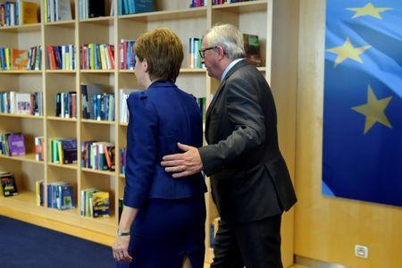Scotland's First Minister Nicola Sturgeon is welcomed by European Commission President Jean-Claude Juncker ahead of a meeting at the EC in Brussels, Belgium, June 29, 2016. REUTERS/Eric Vidal
