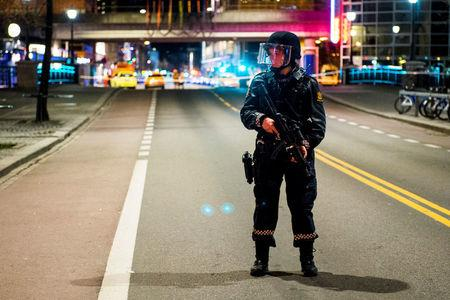 """Police have block a area in central Oslo and arrested a man after the discovery of """"bomb-like device"""", in Oslo, Norway April 8, 2017.  Fredrik Varfjell/NTB Scanpix via REUTERS"""
