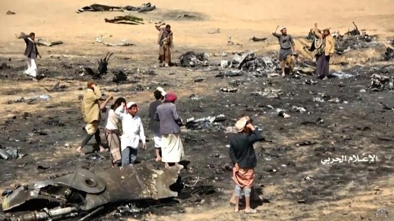 Yemenis inspect the scene where a Saudi Tornado fighter jet came down last week, triggering deadly air strikes during the ensuing search and rescue operation (AFP Photo/-)