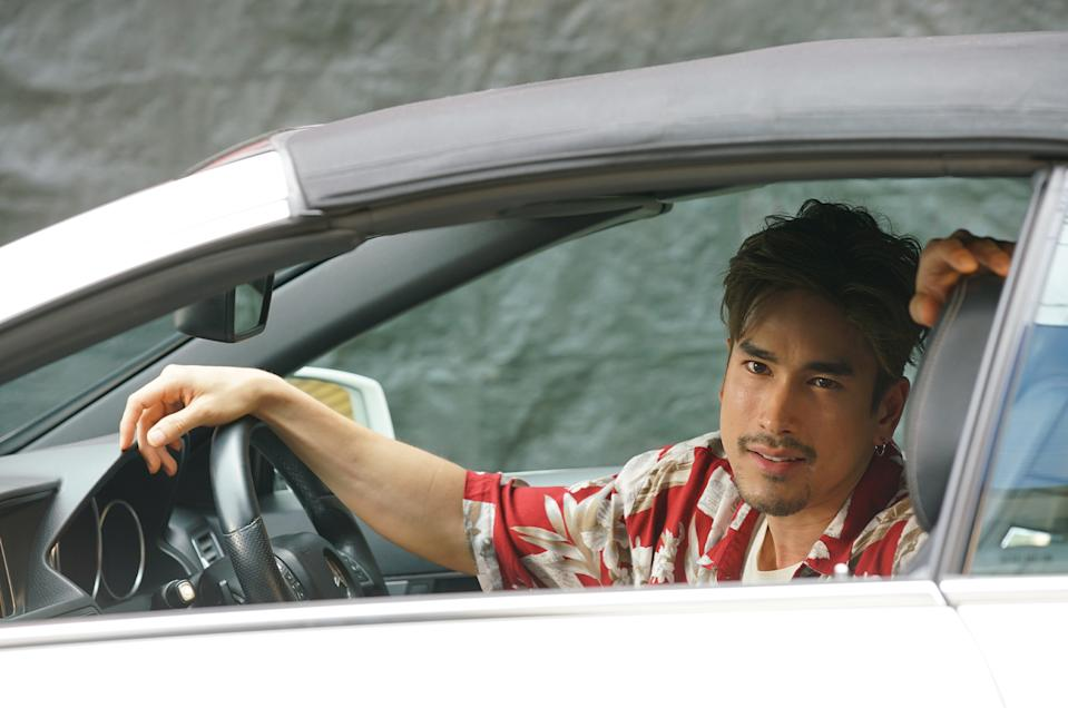Suave con artist Tower (Nadech Kugimiya) pulls fast ones in The Con-heartist. (Photo: Golden Village Pictures)