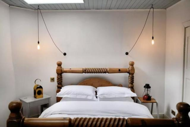 <p>Here's one of the bedrooms. </p>