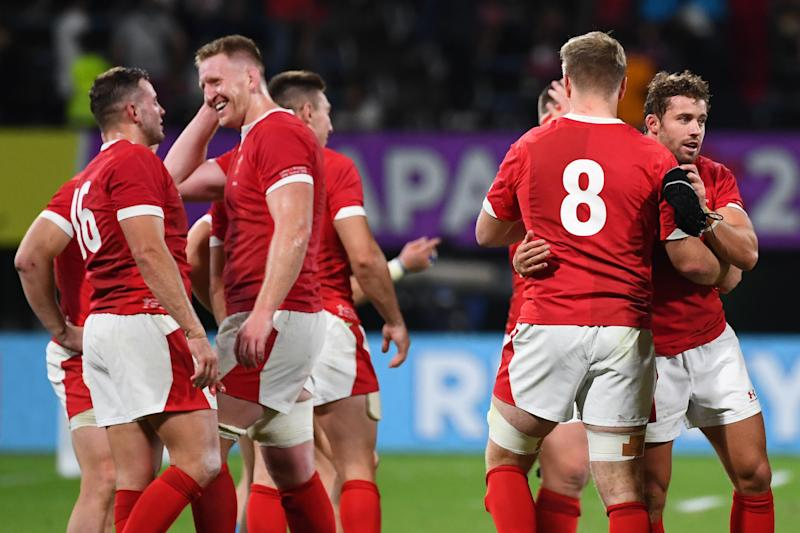 Wales' players celebrate after a tough test against Uruguay. (Photo by GABRIEL BOUYS / AFP) (Photo by GABRIEL BOUYS/AFP via Getty Images)