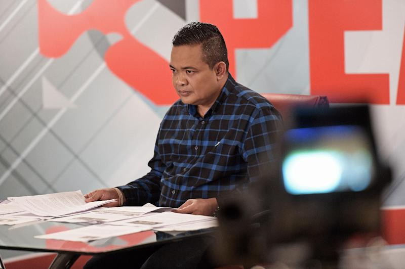 Chairman of the Red Shirts movement, Jatuporn Prompan, pictured during his live show on Peace TV, at a studio in Bangkok, on October 10, 2014 (AFP Photo/Christophe Archambault)