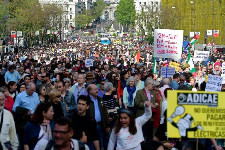"""Spaniards march during a demonstration to mark the fifth anniversary of the """"Indignados"""" movement in Madrid, on May 15, 2016"""