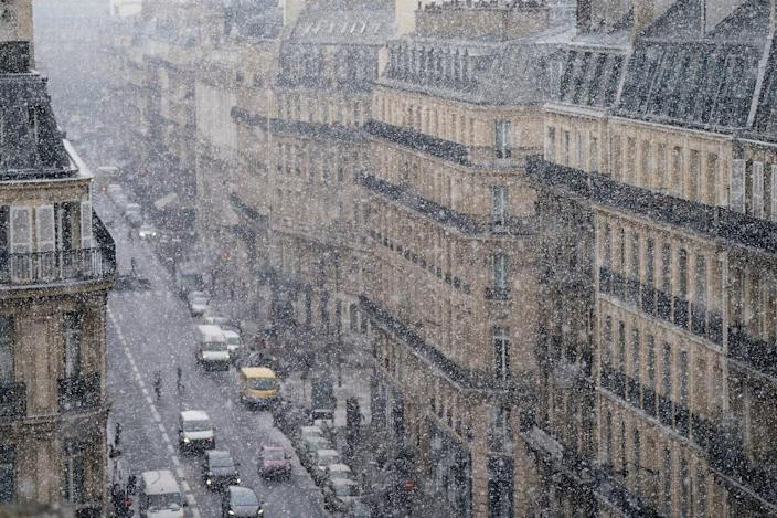 """Snow falls on Paris during the cold front dubbed """"The Beast from the East"""" (AFP Photo/OLIVIER MORIN)"""