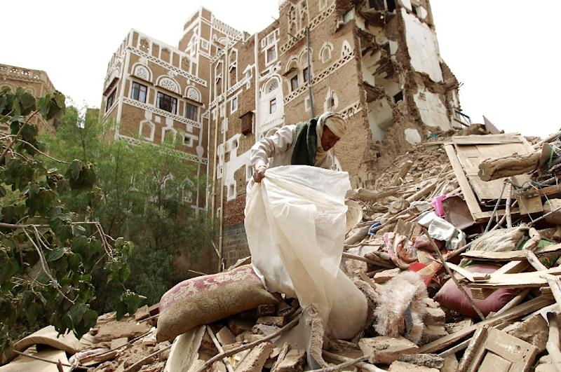 Yemenis search for survivors under the rubble of houses in the old city of Sanaa on June 12, 2015, following an overnight Saudi-led air strike (AFP Photo/Mohammed Huwais)