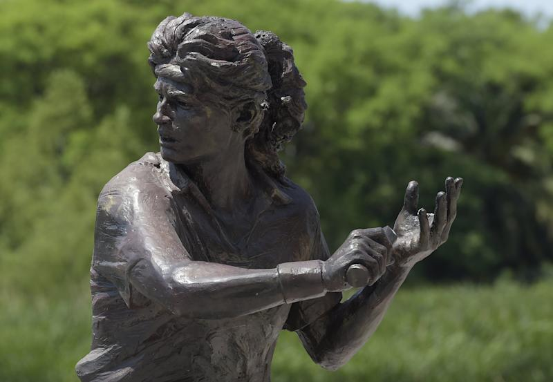 The statue of Argentine former tennis champion Gabriela Sabatini stands at the Costanera Sur in Buenos Aires, on October 28, 2014, a day after it was noticed that the statue's racket had been stolen