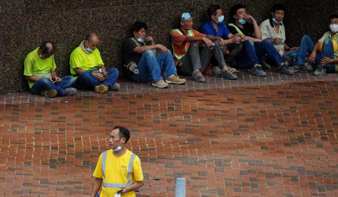 Workers having lunch on the side of the street in Admiralty. Photo: Sam Tsang