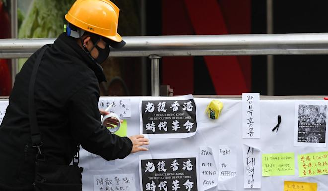 A man hangs a message in support of Hong Kong's pro-democracy movement during a rally in Seoul. Photo: EPA-EFE