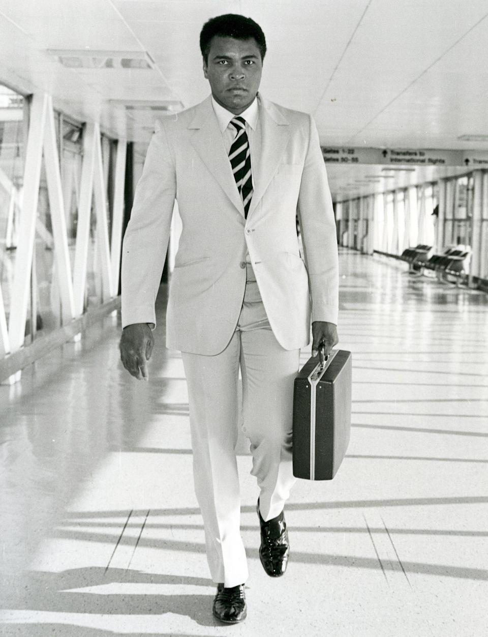 <p>The heavyweight champ looked meeting-ready in the halls of London's Heathrow.</p>