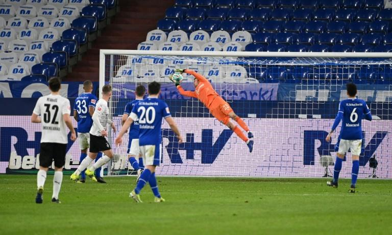 Schalke goalkeeper Frederik Ronnow scored an own goal at home to Moenchengladbach