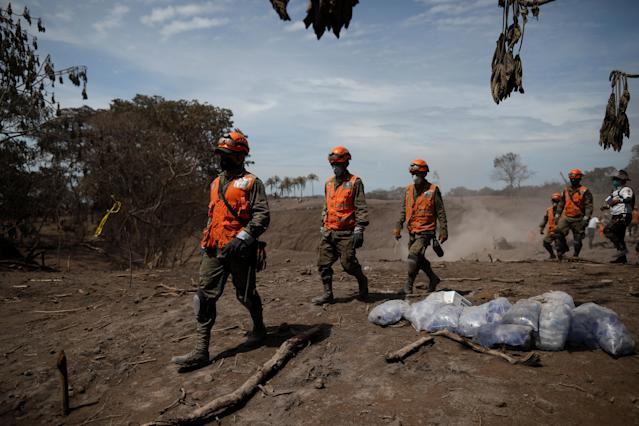 <p>Rescue workers look for remains at an area affected by the eruption of the Fuego volcano at El Rodeo in Escuintla, Guatemala June 6, 2018. REUTERS/Jose Cabezas – RC1B1874FA00 </p>