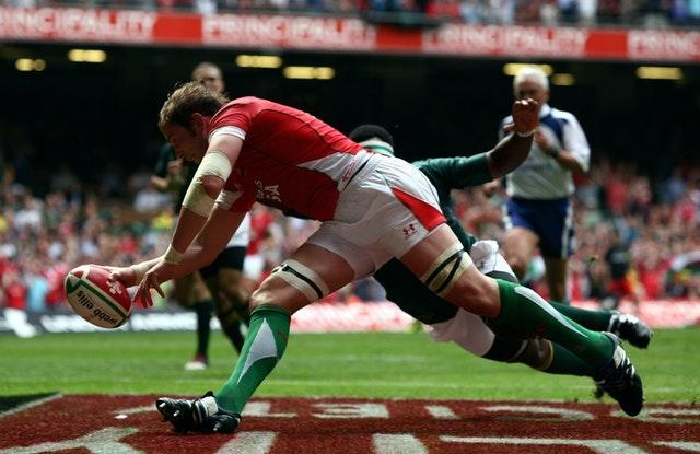 Alun Wyn Jones scores against South Africa in 2010