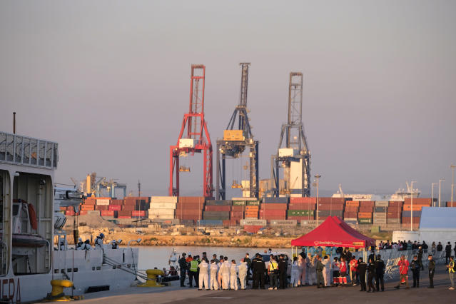 <p>Medical personnel stand at a dock awaiting the arrival of the Aquarius at the port of Valencia. (Photo: José Colón for Yahoo News) </p>