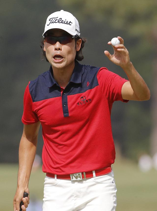 Kevin Na waves after a birdie on the sixth hole during the third round of the U.S. Open golf tournament in Pinehurst, N.C., Saturday, June 14, 2014. (AP Photo/Matt York)