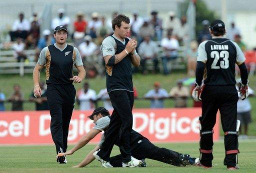 New Zealand's Doug Bracewell (C) takes a catch during a Twenty20 against West Indies in Florida on July 1