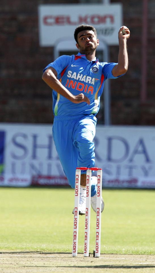 India's Jaidev Unadkat prepares to bowl during the 4th match of the 5-match cricket ODI series between Zimbabwe and India at Queen's Sports Club in Harare on August 1, 2013. AFP PHOTO / Jekesai Njikizana        (Photo credit should read JEKESAI NJIKIZANA/AFP/Getty Images)