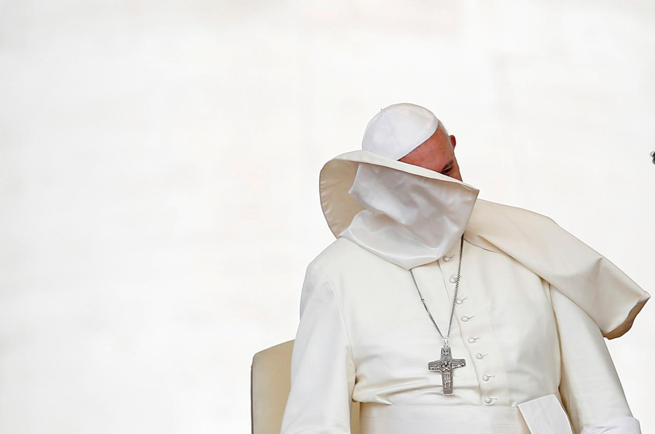<p>A gust of wind blows off Pope Francis' mantle during the weekly audience in Saint Peter's Square at the Vatican, June 15, 2016. (REUTERS/Tony Gentile) </p>