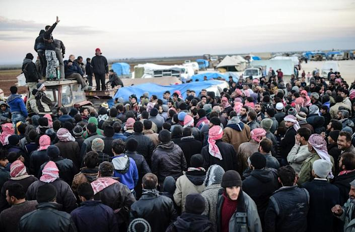 Syrians fleeing the northern embattled city of Aleppo wait on February 5, 2016 in Bab-Al Salama, northern Syria, near a Turkish crossing gate (AFP Photo/Bulent Kilic)