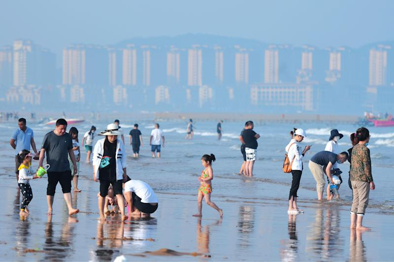 QINGDAO, CHINA - JUNE 3, 2020 - Tourists play between the sea and the beach. Qingdao, Shandong Province, China, June 3, 2020.- PHOTOGRAPH BY Costfoto / Barcroft Studios / Future Publishing (Photo credit should read Costfoto/Barcroft Media via Getty Images)