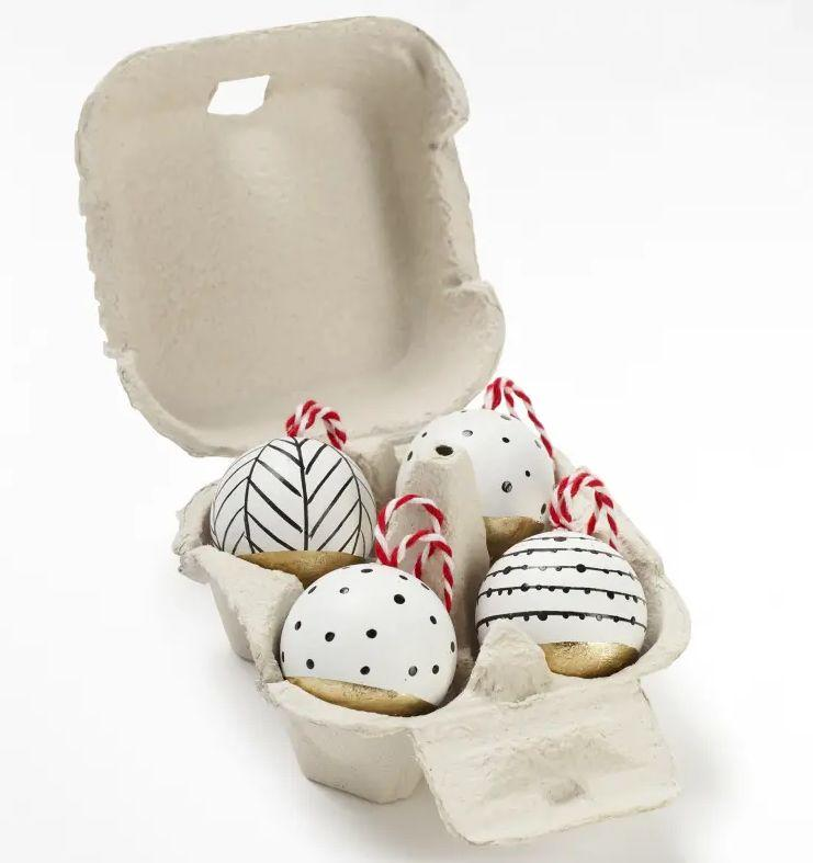 "<a href=""https://fave.co/35IN6N7"" target=""_blank"" rel=""noopener noreferrer"">Painted Wooden Baubles, White Company,</a> &pound;15 (Photo: HuffPost UK)"