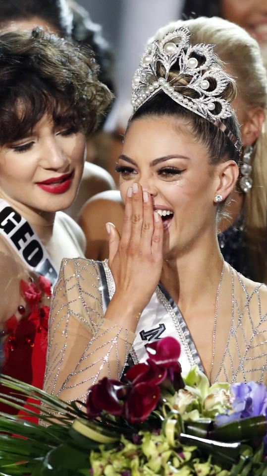 <p>PBX27. Las Vegas (United States), 27/11/2017.- Miss South Africa Demi-Leigh Nel-Peters (R) is congratulated after being named 2017 Miss Universe by Miss Georgia Miriam Gogodze (L) following the completion of the pageant at The Axis at the Planet Hollywood Hotel and Casino in Las Vegas, Nevada, USA, 26 November 2017. (Sudáfrica, Estados Unidos) EFE/EPA/PAUL BUCK </p>