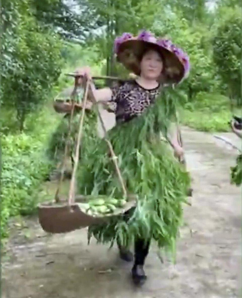 One of the women used a traditional carrying tool in the video. Photo: Hunan Today