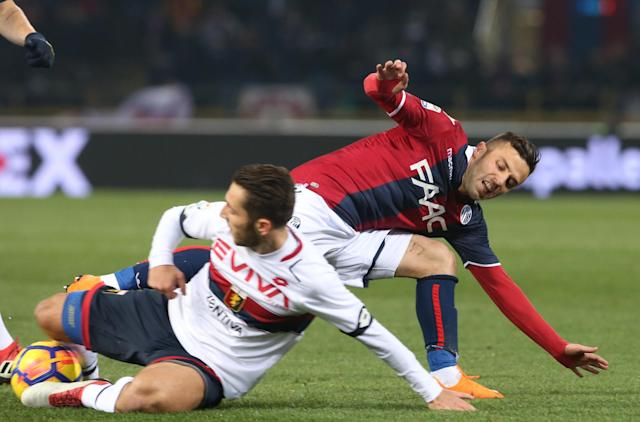 Bologna's Federico Di Francesco, right, and Genoa's Andrea Bertolacci vie for the ball during the Serie A soccer match between Bologna and Genoa at the Renato Dall'Ara Stadium in Bologna, Italy, Saturday, Feb. 24, 2018. (Giorgio Benvenuti/ANSA via AP)