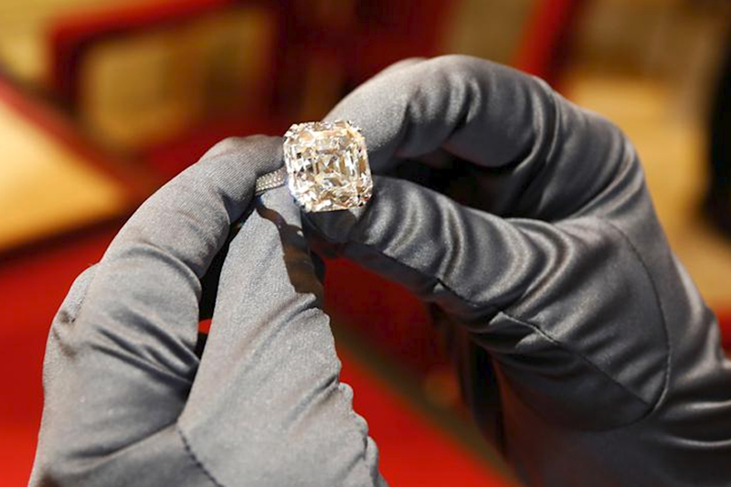 Woman Wakes up to Find She Swallowed 2.4-Carat Diamond Ring in Sleep in US