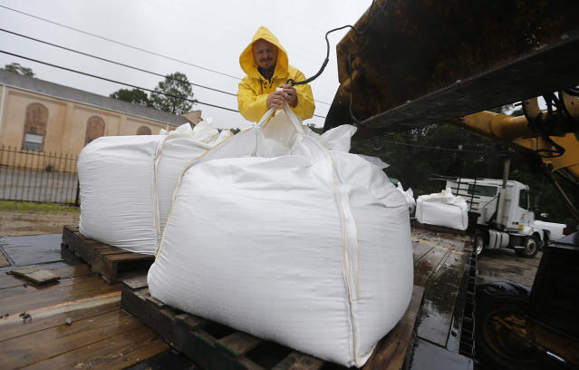 <p>Volunteers put out sand bags due to the arrival of Tropical Storm Cindy in Lafitte, La., June 21, 2017. (Photo:Gerald Herbert/AP) </p>