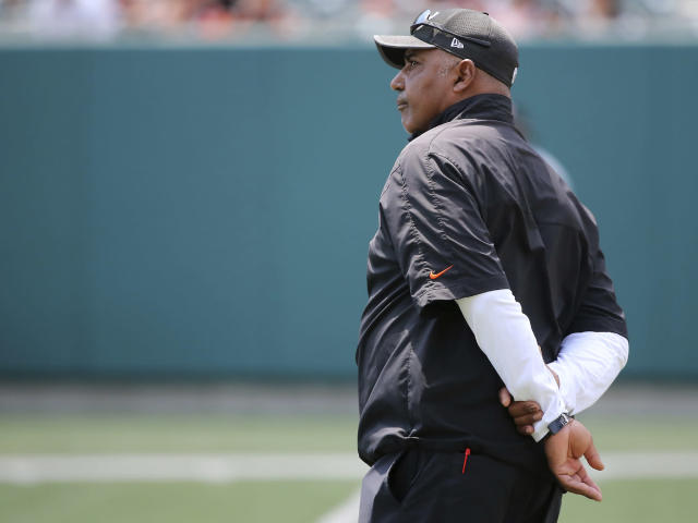 "<a class=""link rapid-noclick-resp"" href=""/ncaaf/players/274473/"" data-ylk=""slk:Marvin Lewis"">Marvin Lewis</a> returned to work Tuesday night after a brief medical issue. (AP)"