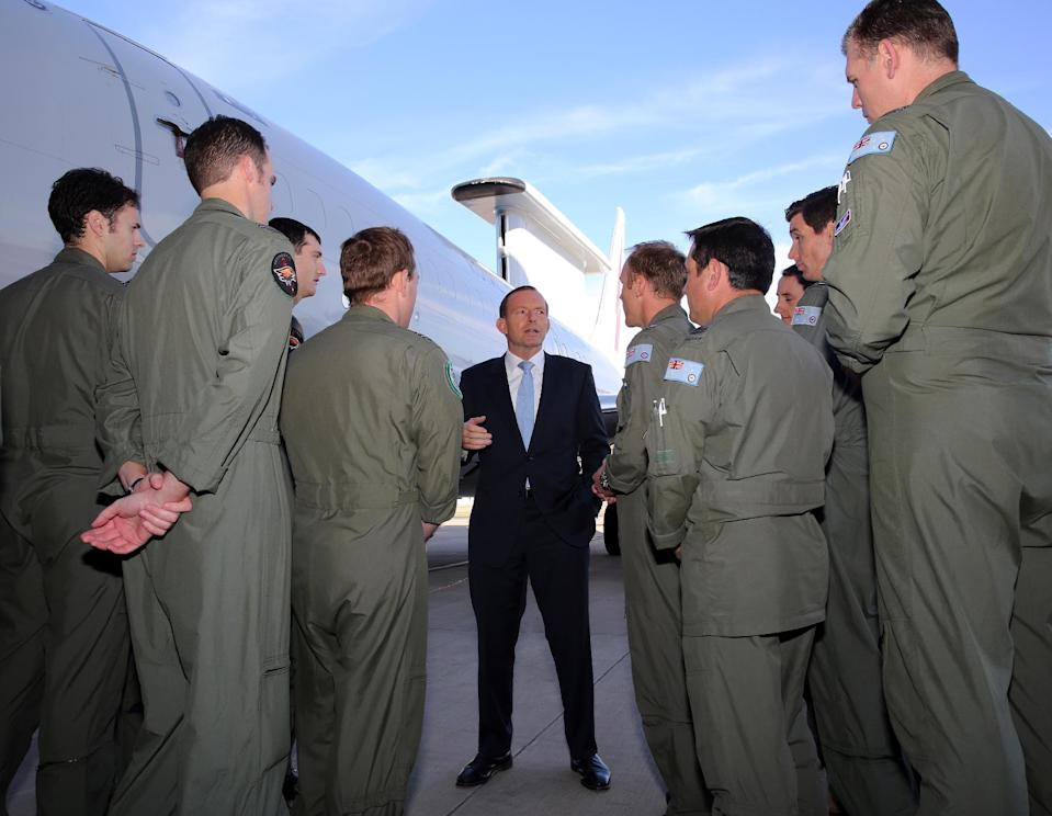 Australian Prime Minister Tony Abbott bids farewell to Australian troops and support staff heading to the UAE from RAAF Base Williamtown near Newcastle on September 18, 2014 (AFP Photo/OFFICE OF THE PRIME MINISTER)