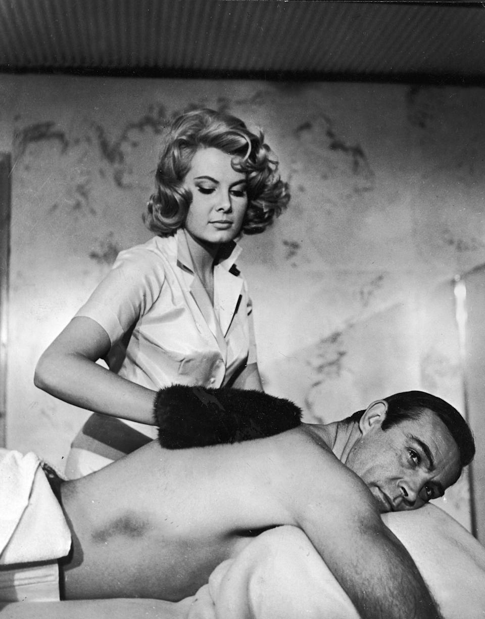Sean Connery e Molly Peters em <i>007 contra a Chantagem Atômica</i>, de 1965. (Photo: United Artists via Getty Images)