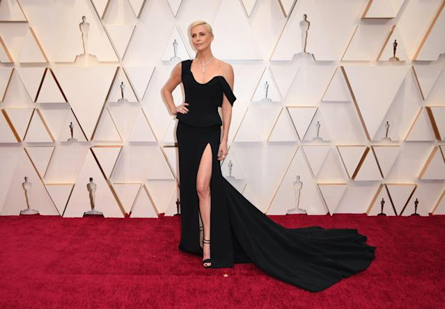 Charlize Theron escogió un total black de alta costura en Oscar 2020 (Photo by Robyn Beck / AFP) (Photo by ROBYN BECK/AFP via Getty Images)