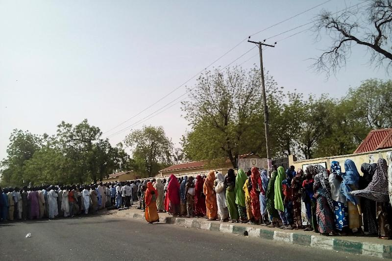 Internally Displaced People who fled areas affected by Boko Haram violence, queue at a polling station in Maiduguri on March 28, 2015 (AFP Photo/)
