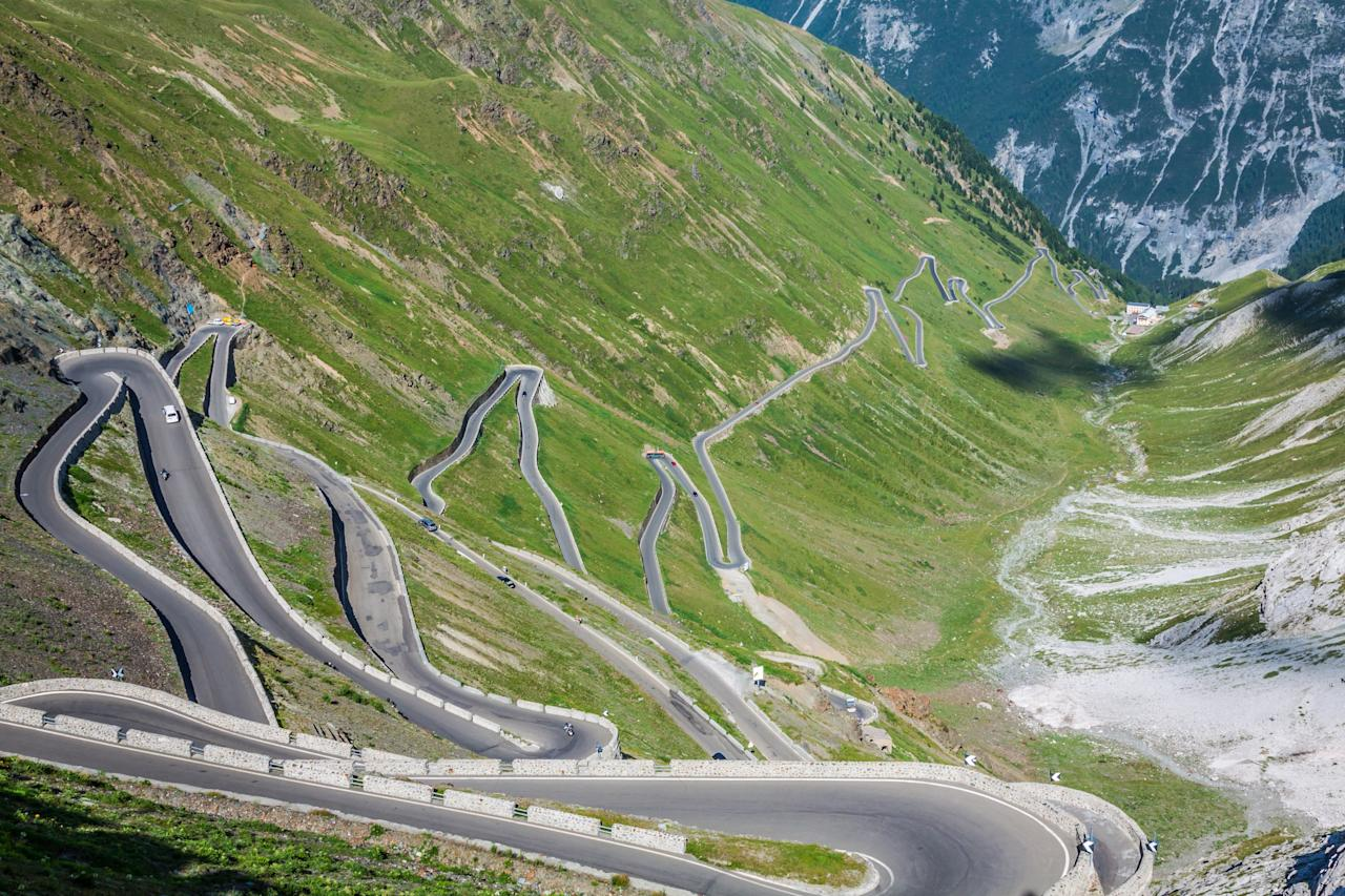 "Weaving some 9,000 feet above sea level, Italy's <strong>Stelvio Pass</strong> is the highest paved mountain pass in the Eastern Alps.""/><figcaption>جاده استلویوی ایتالیا در دامنه آلپ</figcaption></figure> 										 					 									</div><!-- .entry /--> 				<span style="