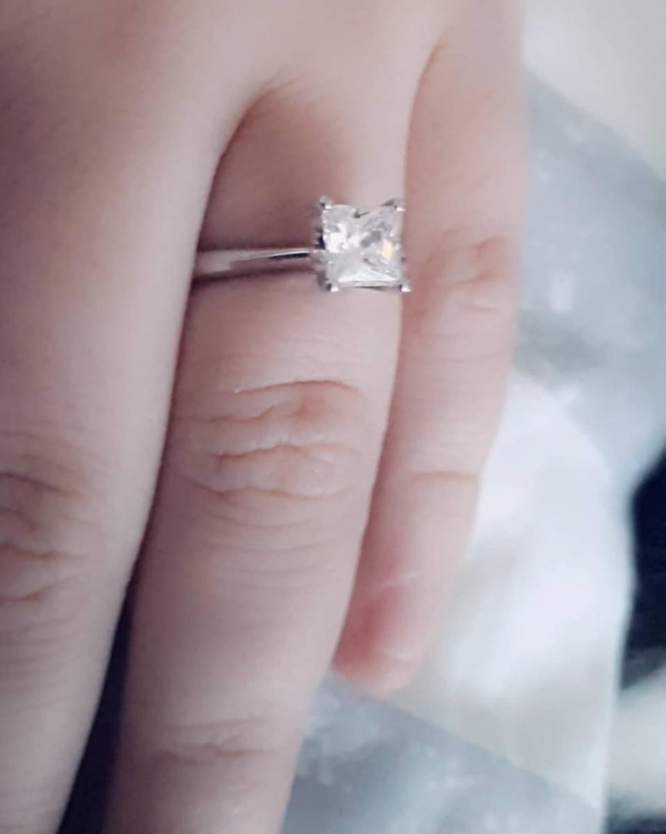 Shannon Lynch wearing her engagement ring from Ashley. [Photo: SWNS]